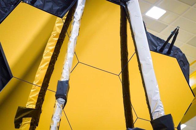 Tras la conclusión de las recientes pruebas históricas del Telescopio Espacial James Webb, los equipos de ingeniería han confirmado que el observatorio sobrevivirá tanto mecánica como electrónicamente a los rigores anticipados durante el lanzamiento.