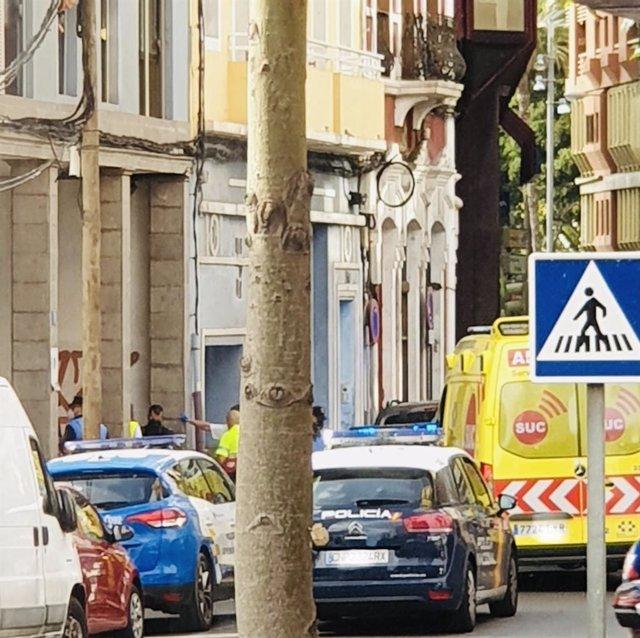 Policía Nacional, Policía Local y ambulancia del 112 en la calle Albareda
