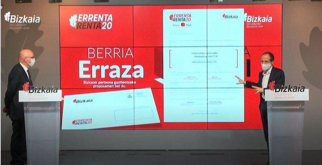 El diputado foral de Hacienda y Finanzas, José María Iruarrizaga, y el director general de Hacienda, Iñaki Alonso, explican las novedades del nuevo modelo de presentación de la campaña de renta de 2020.
