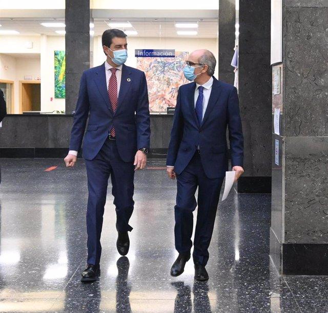 El consejero de Presidencia, Ángel Ibáñez (i), y el presidente de la Diputación de Salamanca, Javier Iglesias (d), en la institución salmantina.