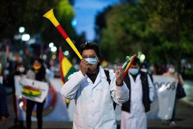 Un profesional sanitario de Bolivia participa en una manifestación contra la Ley de Emergencia Sanitaria en La Paz.