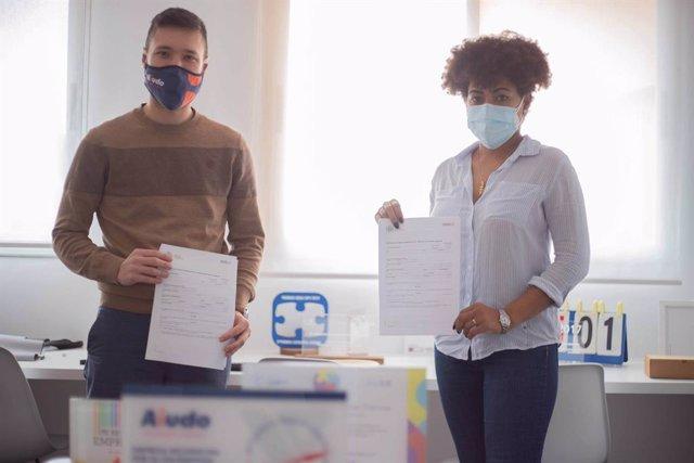 El CEO de Aiudo y una cuidadora, en la firma de su nuevo contrato
