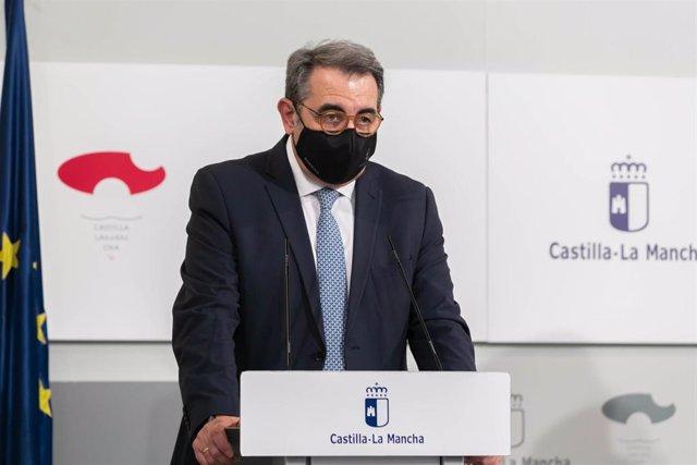El consejero de Sanidad, Jesús Fernández Sanz, en rueda de prensa