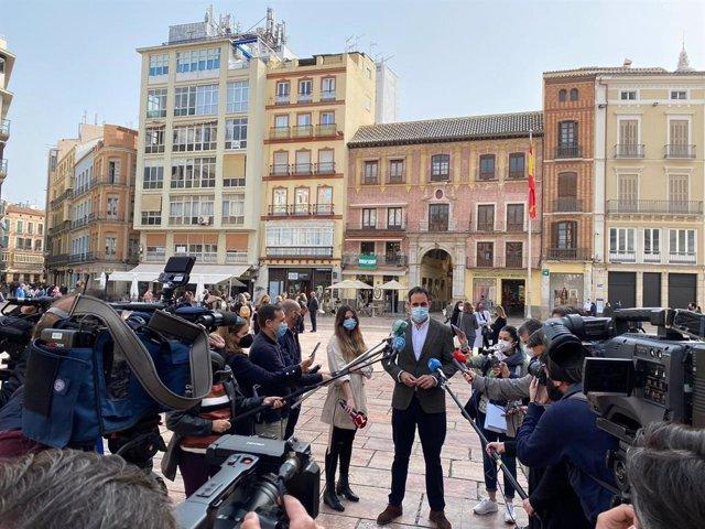 El presidente de la Federación de Empresarios de Hostelería de Andalucía y de la Asociación de Hosteleros de Málaga, Javier Frutos, atiende a los medios de comunicación en Málaga