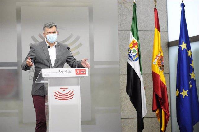 El portavoz de Empleo del Grupo Socialista en la Asamblea de Extremadura, Juan Antonio González, en rueda de prensa para valorar los datos de paro en febrero en la región