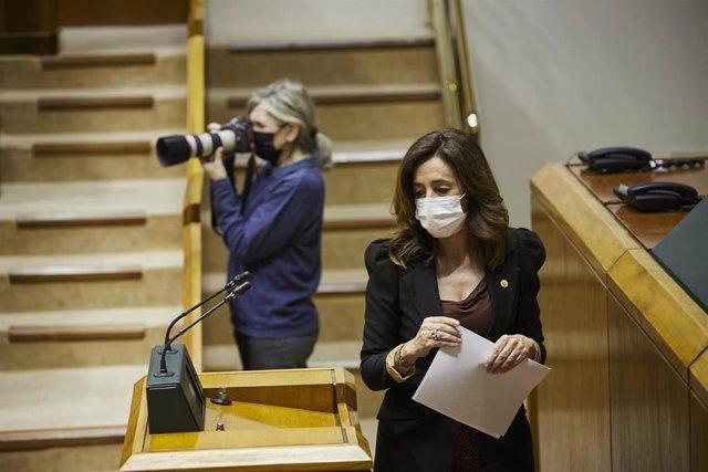 La consejera de Gobernanza Pública y Autogobierno, Olatz Garamendi, en el pleno del parlamento vasco, en Vitoria