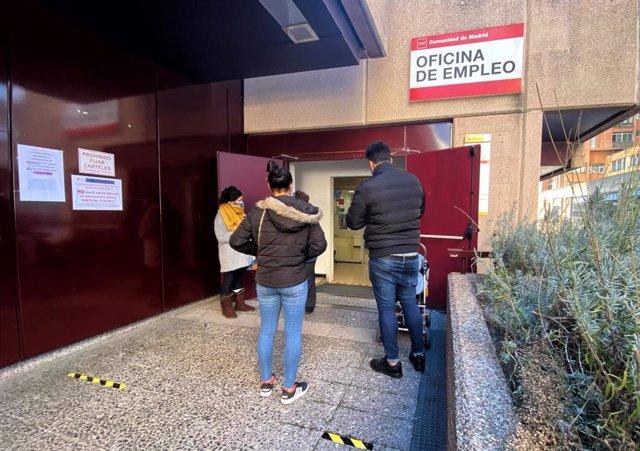 Archivo - Varias personas frente a una oficina de empleo en Madrid