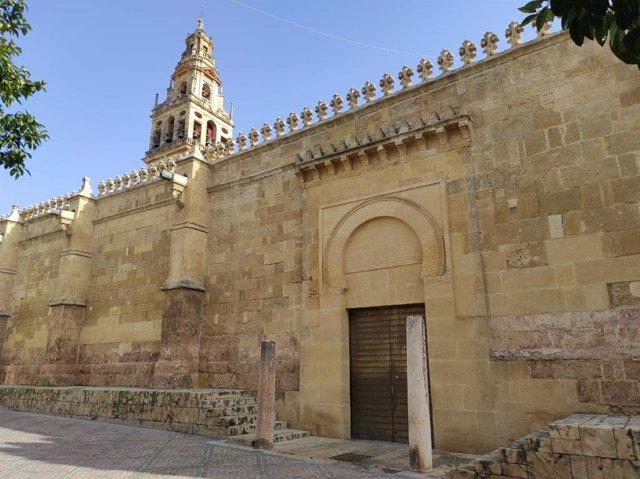 Una de las puertas de acceso a la Mezquita de Córdoba, ahora cerrada a los turistas a causa de la pandemia.