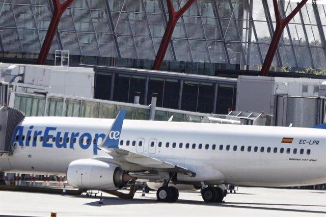 Archivo - Un avión de Air Europa en un aeropuerto.