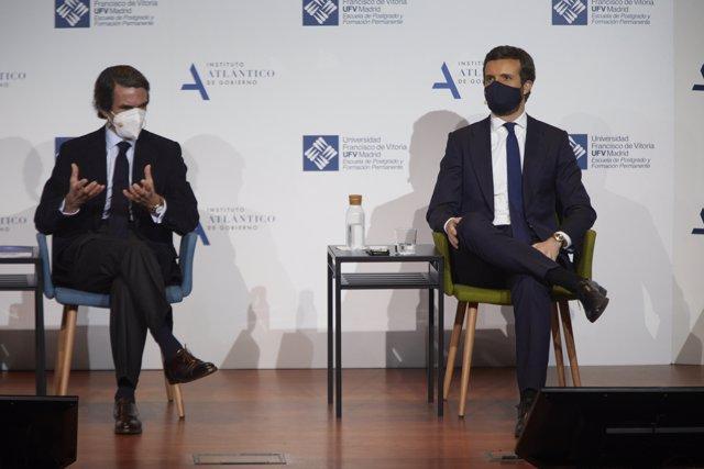 Aznar (i) y Casado, participan en la primera de las dos sesiones de 'España, Constitución y libertad. 1996-2004, un análisis', en la Universidad Francisco de Vitoria, en Madrid