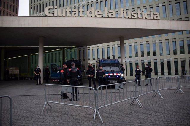 Mossos d'Esquadra davant la Ciutat de la Justícia, el dia que l'expresident del Barça Josep Maria Bartomeu passa a disposició judicial.