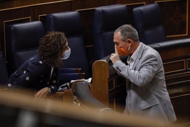 Archivo - La ministra portavoz y de Hacienda, María Jesús Montero; y el diputado de Compromís en el Congreso, Joan Baldoví, mantienen una conversación durante una sesión de control al Gobierno en el Congreso