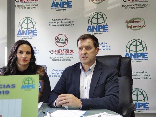Archivo - La coordinadora del servicio de defensor del profesor de ANPE, Montserrat Fernández y el presidente de ANPE Asturias, Gumersindo Rodríguez en rueda de prensa.