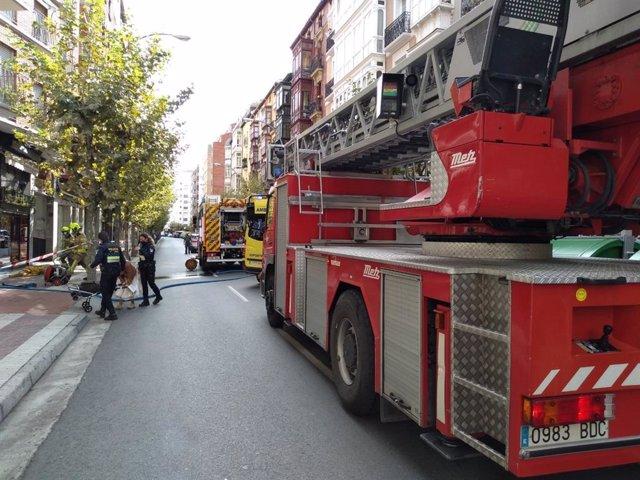 Archivo - Policía Local y Bomberos de Logroño asisten a un varón afectado por un incendio en su vivienda en Avenida de Portugal