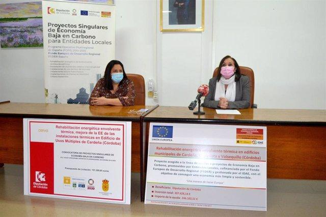 La delegada de Asistencia Económica con los Municipios y Mancomunidades de la Diputación de Córdoba, Dolores Amo (izda.), en la presentación de la rehabilitación y la mejora de la eficiencia energética de las instalaciones térmicas del salón de Cardeña.