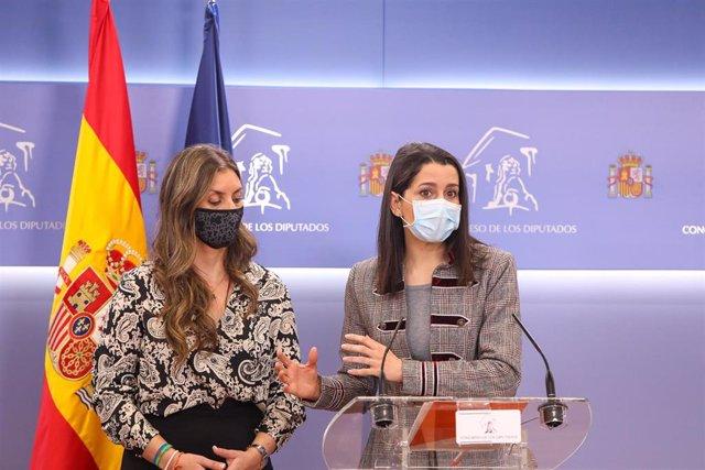 La presidenta de Ciudadanos, Inés Arrimadas, en una rueda de prensa en el Congreso de los Diputados junto a la portavoz de Igualdad de Cs en la Cámara Baja, Sara Giménez.
