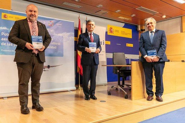 Archivo - Luis Cayo Pérez, Pedro Saura y Ángel Luis Arias presentan un libro sobre oportunidades de empleo.