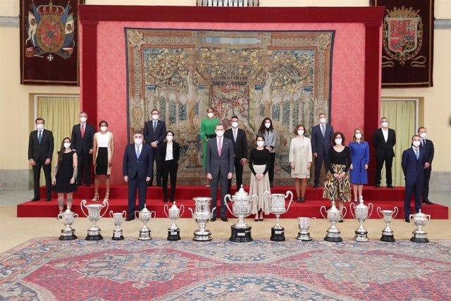 Foto de familia de los Premios Nacionales del Deporte de 2018 junto a SSMM  los Reyes