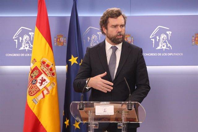 El portavoz de Vox en el Congreso, Iván Espinosa de los Monteros, interviene durante una rueda de prensa posterior a una Junta de Portavoces celebrada en el Congreso
