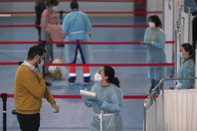 Profesionales de Educación reciben la primera dosis de la vacuna AstraZeneca en las instalaciones del SADUS en Los Bermejales. En Sevilla, (Andalucía, España), a 25 de febrero de 2021.