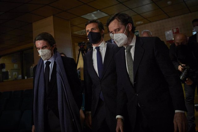 El expresidente del Gobierno José María Aznar y el presidente del PP, Pablo Casado, a su llegada a un acto donde se celebra la primera de las dos sesiones de 'España, Constitución y libertad. 1996-2004, un análisis'. En Madrid, a 2 de marzo de 2021.