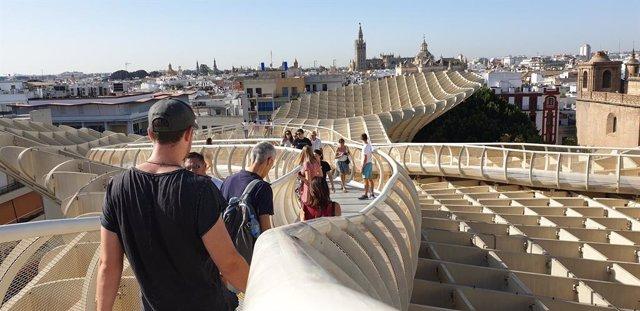 Archivo - Imagen de archivo de turistas en Las Setas de la Encarnación, en Sevilla.