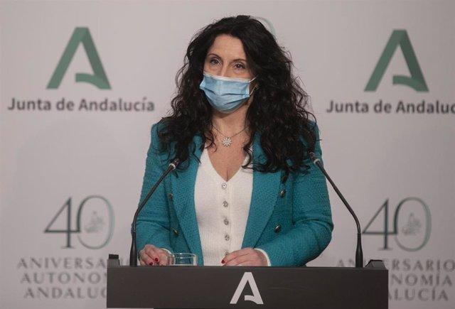 Archivo - La consejera de Igualdad, Políticas Sociales y Conciliación, Rocío Ruiz, en una rueda de prensa en San Telmo en una imagen de archivo