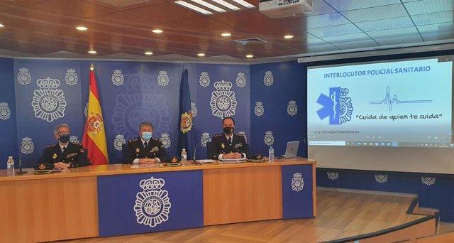 El comisario general de Seguridad Ciudadana, Juan Carlos Castro, y el portavoz sanitario, Javier Galván (derecha), presentan el balance de agresiones a personal sanitario en 2020