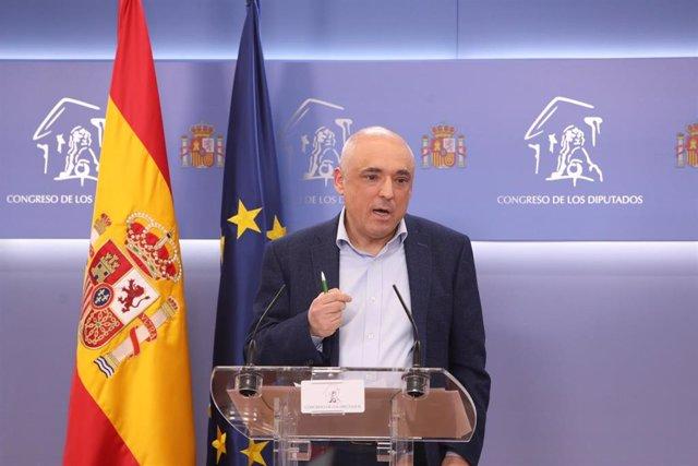 El secretario general del Grupo Socialista en el Congreso, Rafael Simancas, interviene en una rueda de prensa tras participar en una sesión de la Junta de Portavoces celebrada en el Congreso