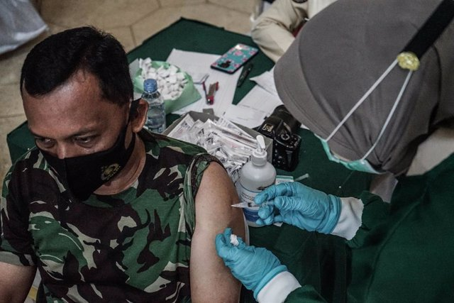 02 March 2021, Indonesia, Makassar: An army member of Kodam XIV Hasanuddin Military Command receives a dose of the coronavirus (Covid-19) vaccine by a medical officer from Pelamonia Hospital. Photo: Herwin Bahar/ZUMA Wire/dpa