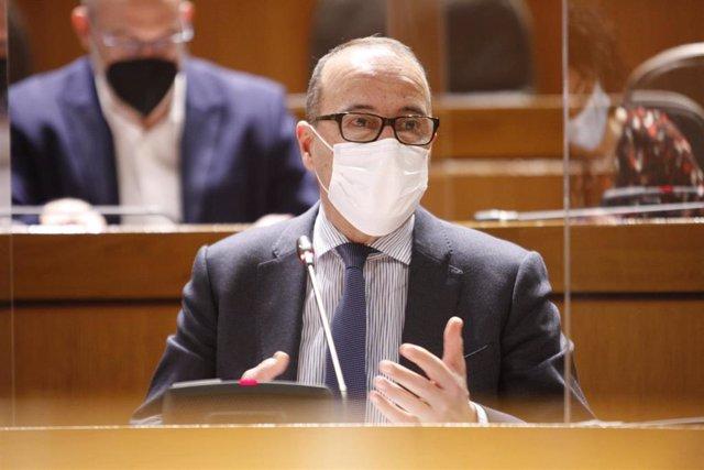 El consejero de Educación, Cultura y Deporte del Gobierno de Aragón, Felipe Faci, durante su comparecencia en las Cortes autonómicas.