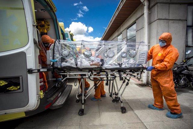 Archivo - Profesionales sanitarios transportan a un paciente con COVID-19 en Osomo, Chile.
