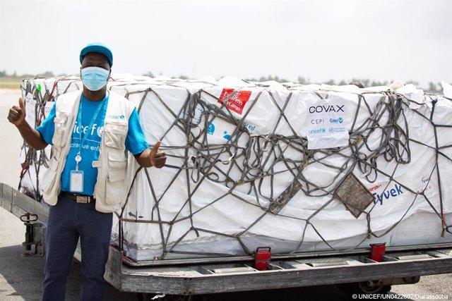 Costa de Marfil recibe las primeras vacunas contra la COVID-19 bajo el mecanismo COVAX.