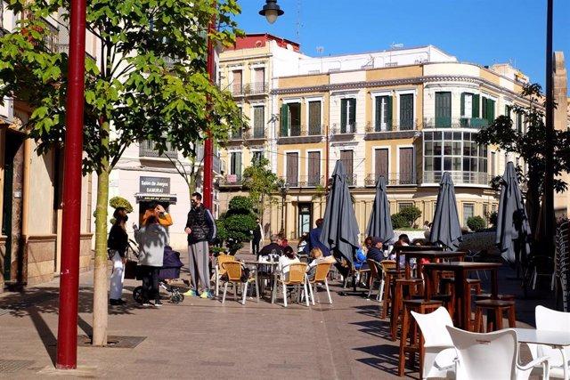Archivo - Una terraza en una plaza de Melilla en una imagen de archivo