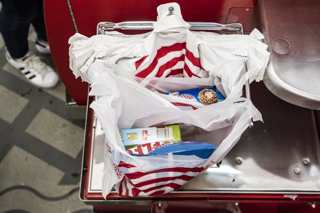 Archivo - March 31, 2019 - New York, New York, United States: A person uses plastic shopping bags in a self pay station at Target store on Grand Street in New York. (Natan Dvir / Contacto Images)