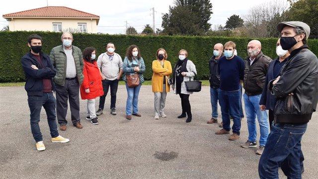Visita de representantes de Podemos-Equo Xixón y Podemos Asturies a los vecinos de La Pontica, en la parroquia gijonesa de Cabueñes