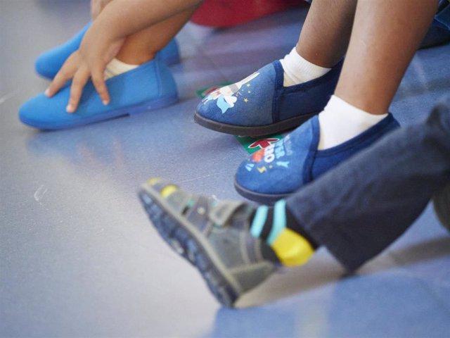 Archivo - Niños con zapatillas de casa en el Colegio Público Víctor Pradera en el primer día de colegio del curso escolar 2020-2021en Pamplona, Navarra (España), a 4 de septiembre de 2020.