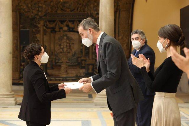 Felipe VI entrega el Premio Rey Juan Carlos a la piloto Ana Carrasco durante la entrega de los Premios Nacionales del Deporte en el Palacio de El Pardo