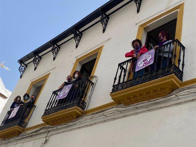 IU coloca carteles morados por el 8M en los balcones de su sede en Córdoba.