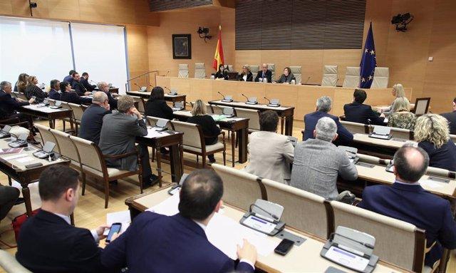 Archivo - Imagen de una sesión de la Comisión de Asuntos Económicos del Congreso en la Sala Prim