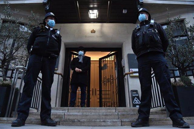 Dos oficiales de Policía montan guardia frente a un hospital en Londres.
