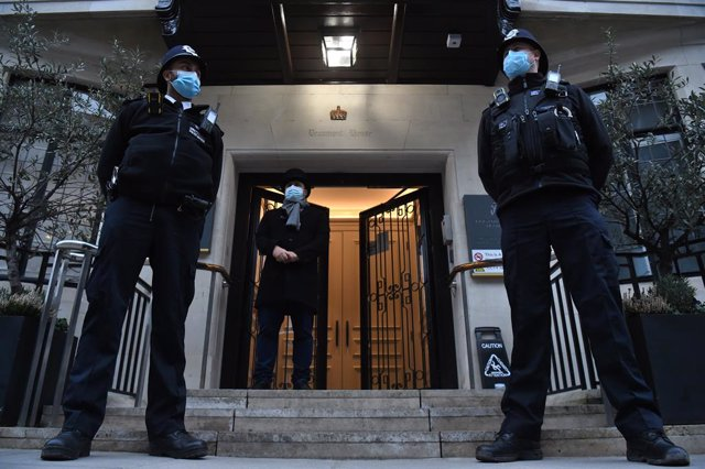 25 February 2021, United Kingdom, London: Police officers stand guard outside King Edward VII Hospital, where the Duke of Edinburgh, Prince Philip, was admitted on last week as a precautionary measure after feeling unwell Photo: Kirsty O'connor/PA Wire/dp