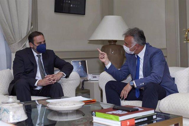 El presidente de Canarias, Ángel Víctor Torres (d), durante una reunión de trabajo con el ministro de Transportes, Movilidad y Agenda Urbana, José Luis Ábalos (i), en la sede de su ministerio, en Madrid, (España), a 2 de marzo de 2021. Esta es la segunda