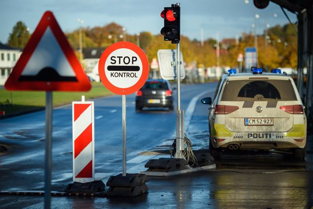 Archivo - 24 October 2020, Schleswig-Holstein, Flensburg: Vehicles of the Danish police are seen parked along the border with Germany. As of Saturday entry from Germany has been subjected to restrictions after Denmark declared Germany as a risk country am