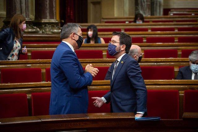 Archivo - Arxiu - (E-D) El conseller d'Interior, Miquel Sàmper; i el vicepresident de la Generalitat, Pere Aragonès, abans de la primera sessió de control al Parlament, a Barcelona, 7 d'octubre.