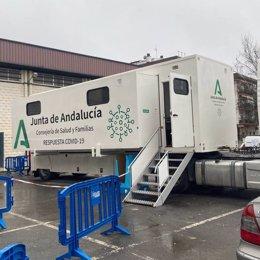 La Unidad Móvil de la Consejería de Salud y Familias de la Junta de Andalucía que se desplaza por la provincia de Córdoba, en una imagen de archivo.