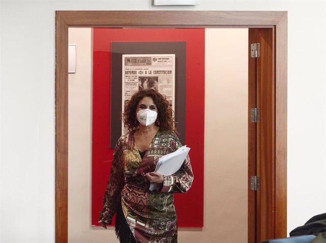 La ministra de Hacienda y portavoz del Gobierno, María Jesús Montero, se dirige a ofrecer la rueda de prensa posterior al Consejo de Ministros, en Madrid (España), a 2 de marzo de 2021
