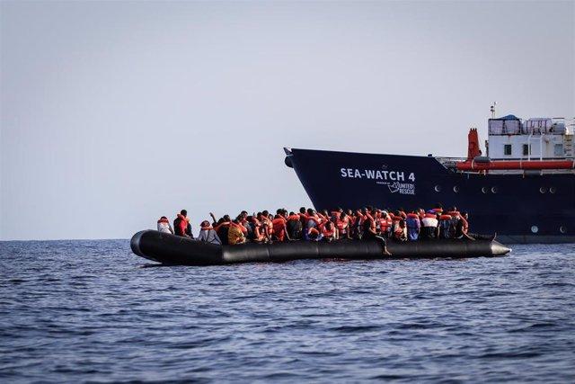 Archivo - Migrantes rescatados por el barco 'Sea Watch 4'