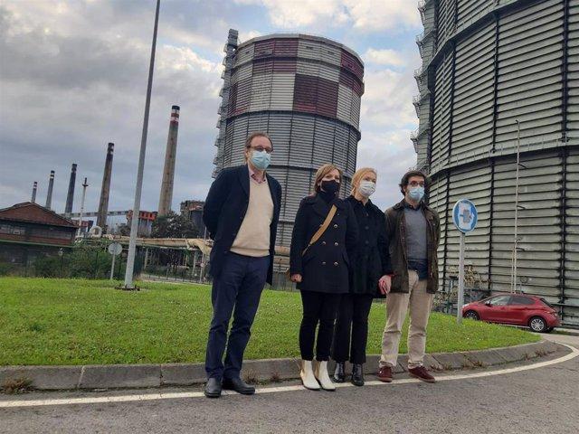 Representantes de Vox visitan los terrenos de baterías de Cok en Avilés