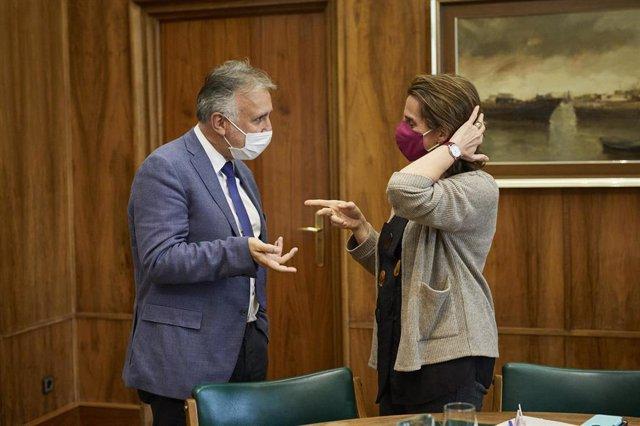 El presidente de Canarias, Ángel Víctor Torres (i), durante una reunión con la ministra para la Transición Ecológica y el Reto Demográfico, Teresa Ribera  (d), en Madrid, (España), a 2 de marzo de 2021. Esta es la segunda visita que hace el presidente de